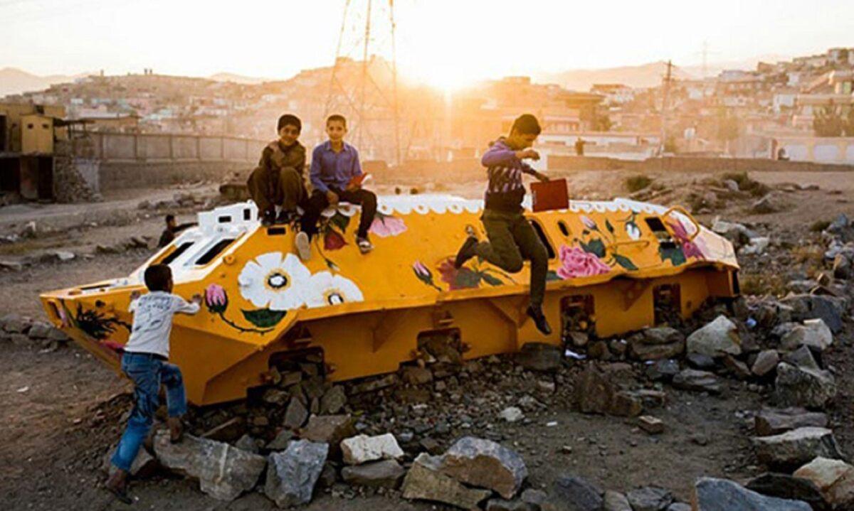 Neda Taiyebi artista transforma tanques de guerra abandonados em obras de arte 5