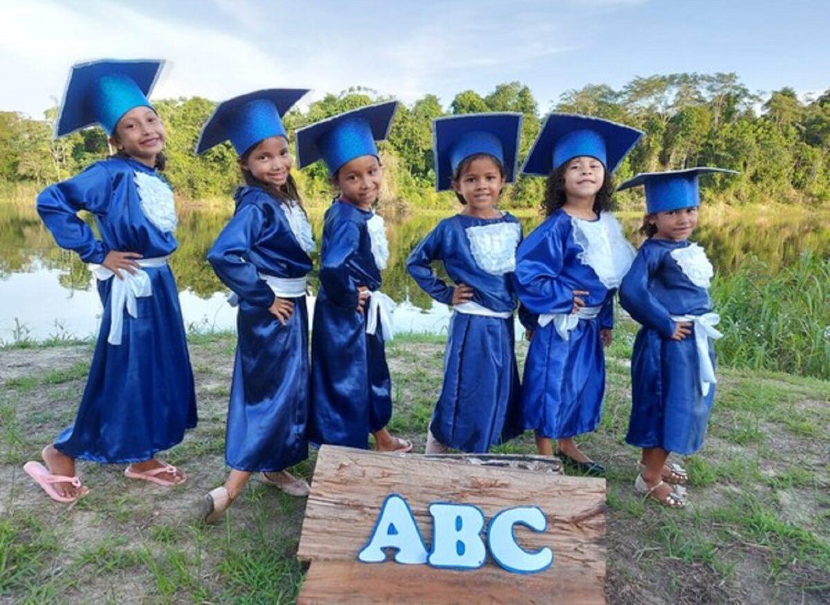 Confira esta linda sessao de fotos que marca a alfabetizacao de criancas ribeirinhas no Amazonas 2