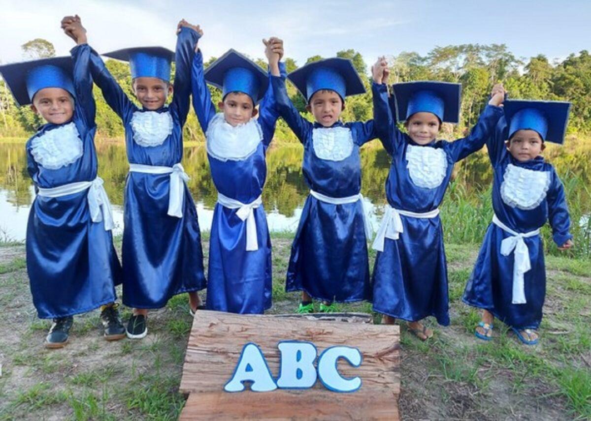 Confira esta linda sessao de fotos que marca a alfabetizacao de criancas ribeirinhas no Amazonas 3