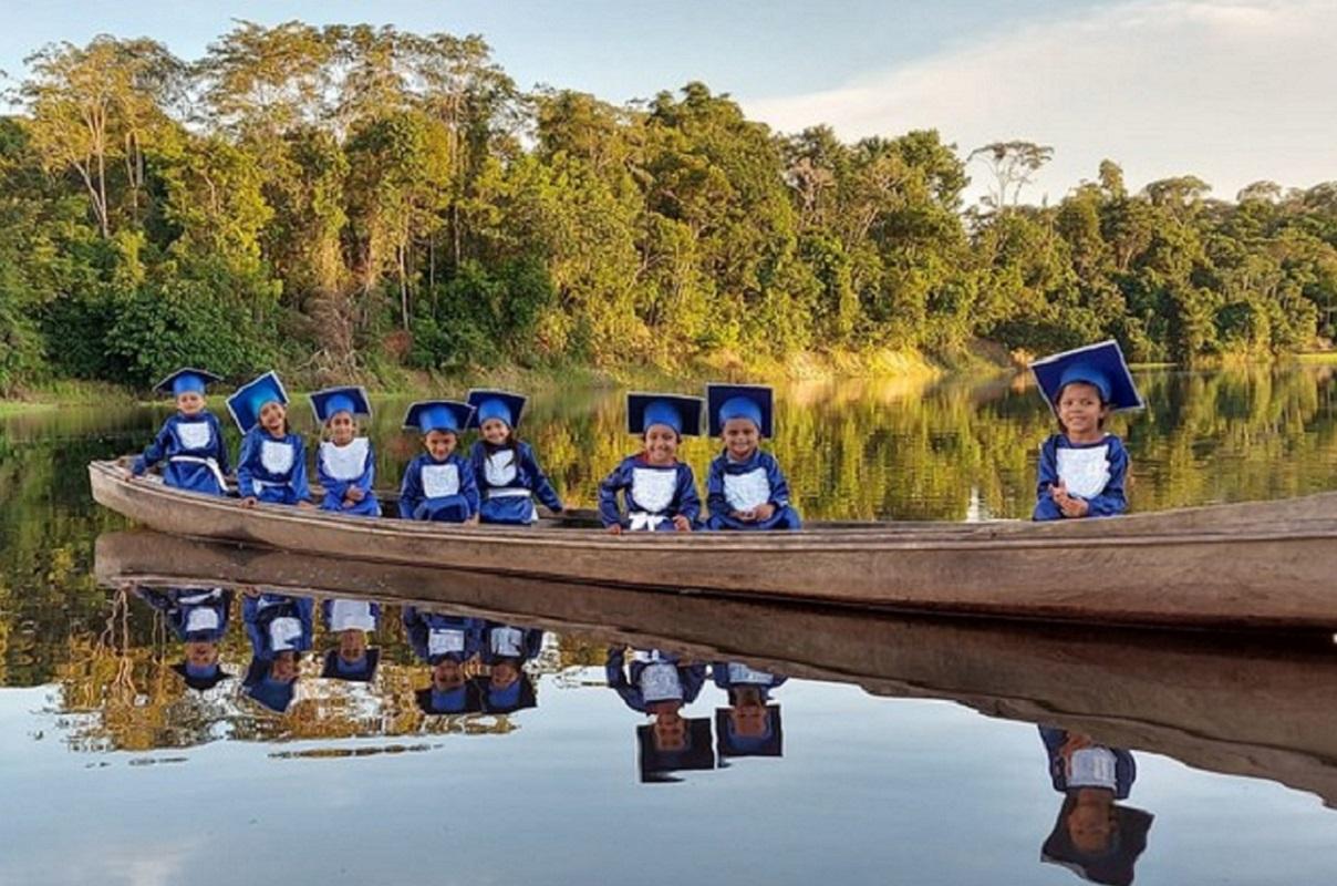Confira a linda sessão de fotos da alfabetização de crianças ribeirinhas no Amazonas