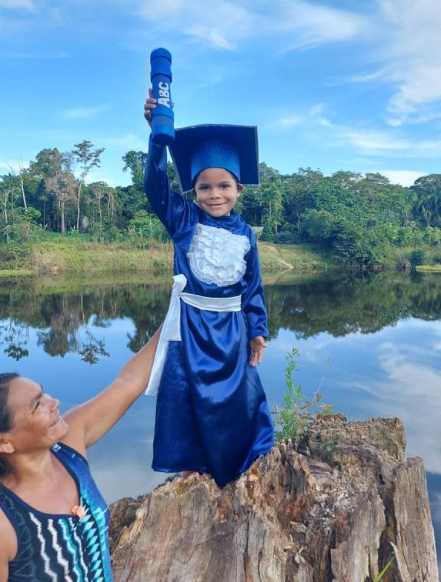 Confira esta linda sessao de fotos que marca a alfabetizacao de criancas ribeirinhas no Amazonas 7