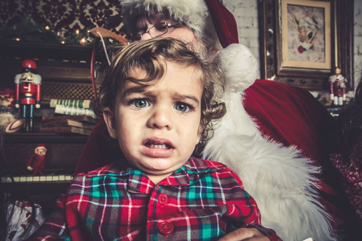 Jeff Roffman fotografo registra serie hilaria de criancas chorando por causa do Papai Noel 10