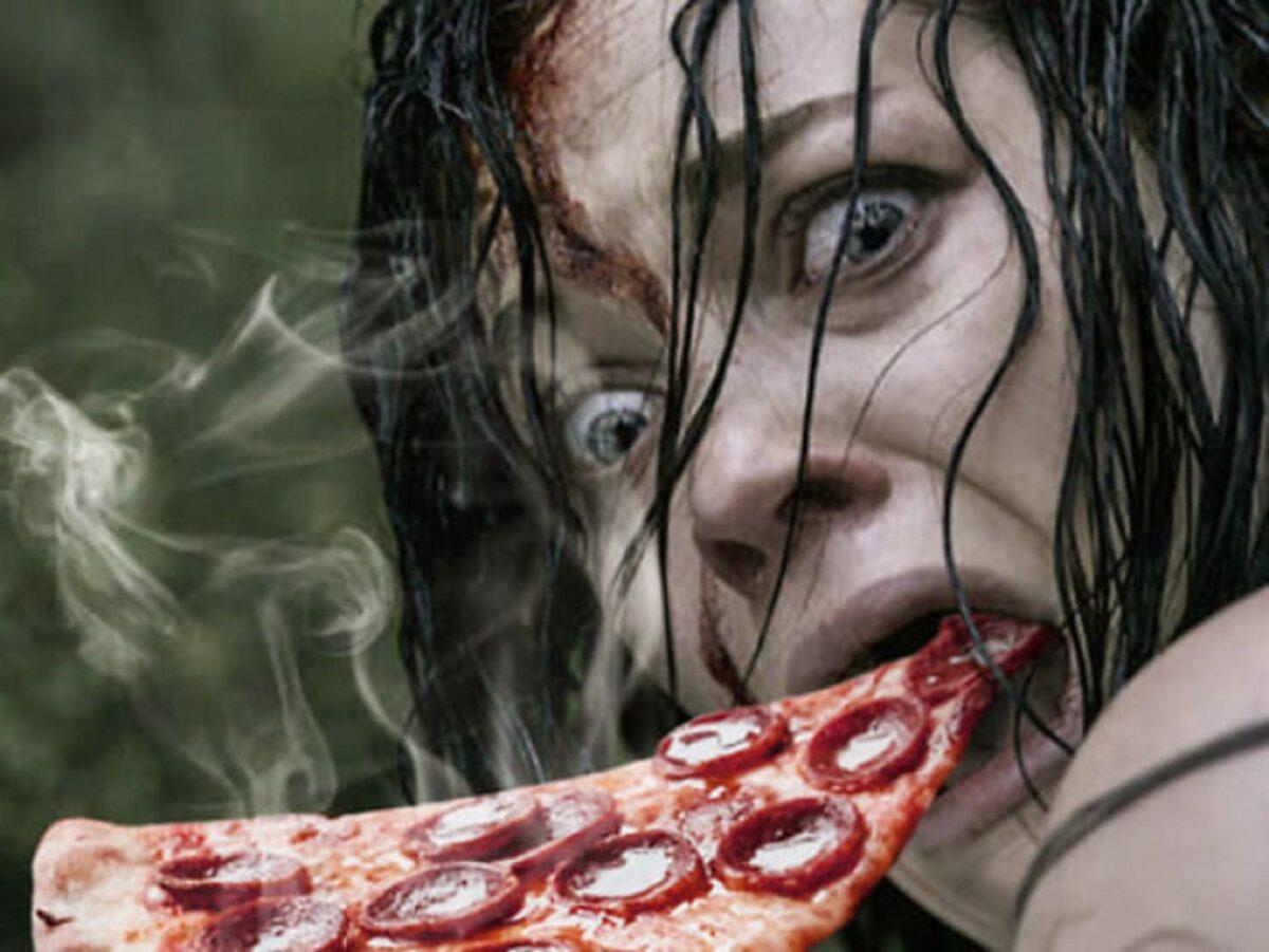 Pizzas adicionadas em filmes de terror atraves do Photoshop 18