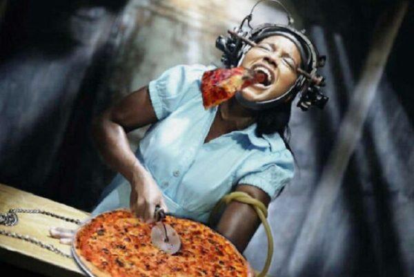 Pizzas adicionadas em filmes de terror atraves do Photoshop 50