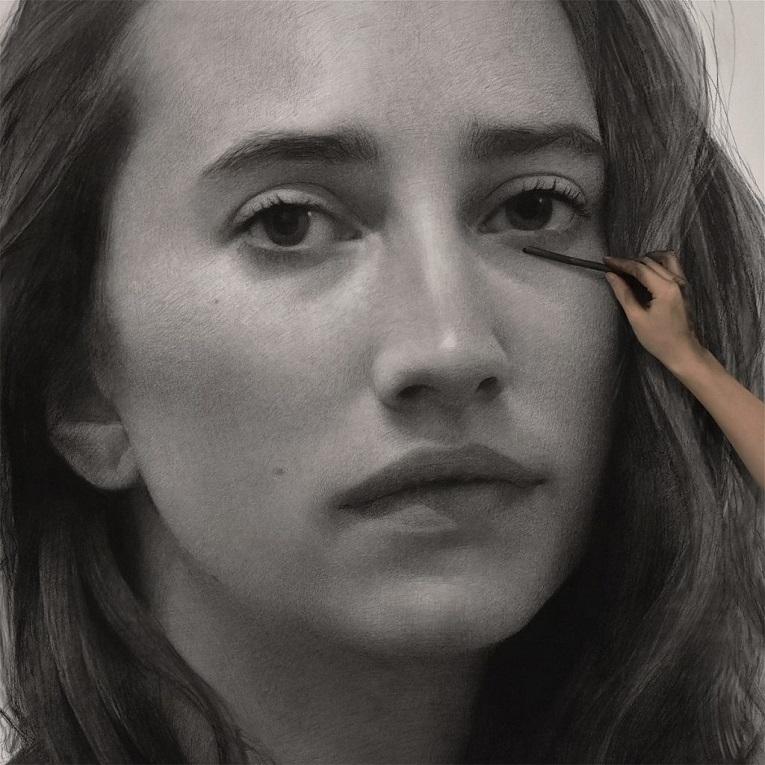 Clio Newton artista cria retratos de mulheres em carvao 3