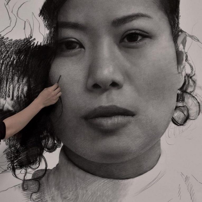 Clio Newton artista cria retratos de mulheres em carvao 4