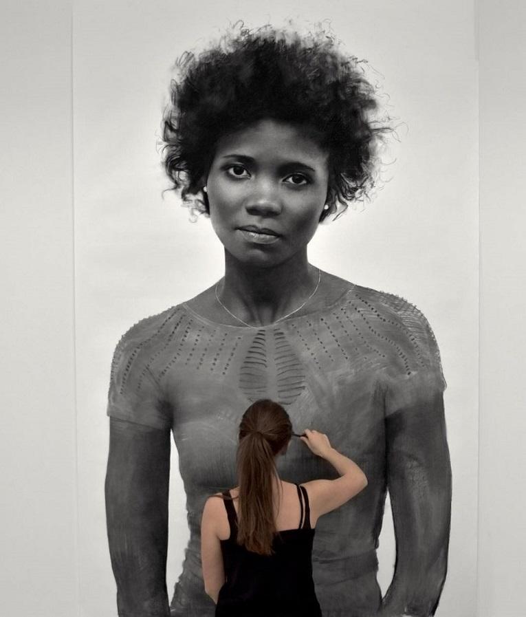 Clio Newton artista cria retratos de mulheres em carvao 6