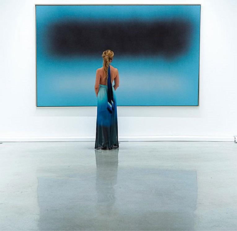 Roupas e pinturas identicas em galerias de arte 1