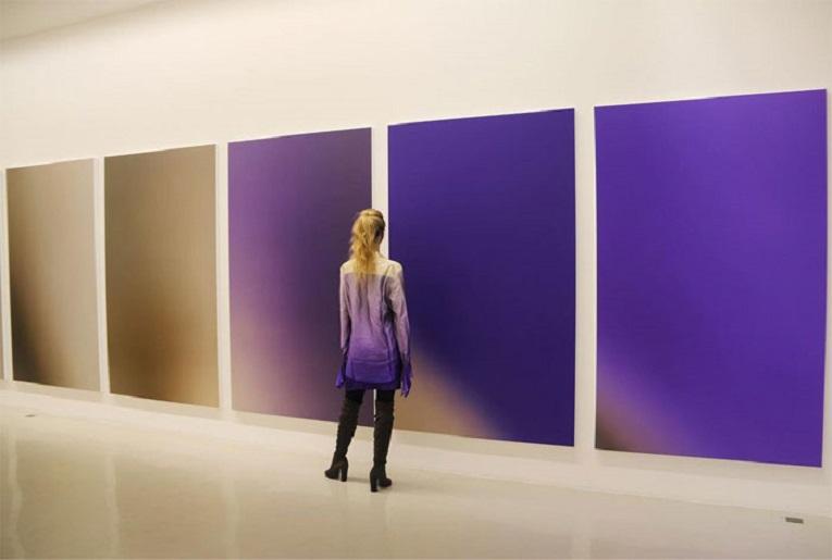 Roupas e pinturas identicas em galerias de arte 10