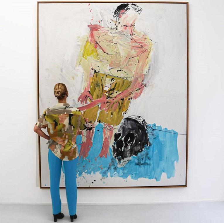 Roupas e pinturas identicas em galerias de arte 13