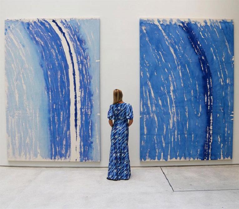 Roupas e pinturas identicas em galerias de arte 15