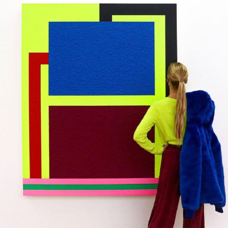 Roupas e pinturas identicas em galerias de arte 17