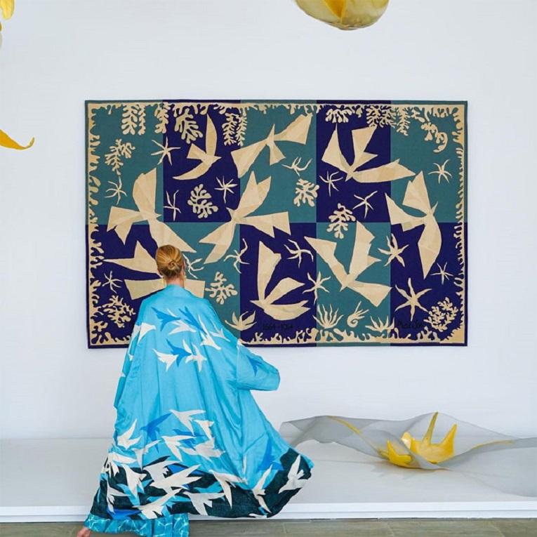 Roupas e pinturas identicas em galerias de arte 18