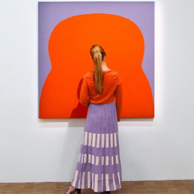 Roupas e pinturas identicas em galerias de arte 19