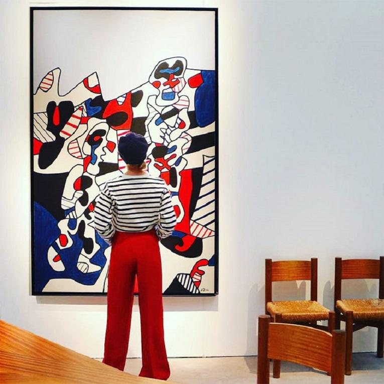 Roupas e pinturas identicas em galerias de arte 20