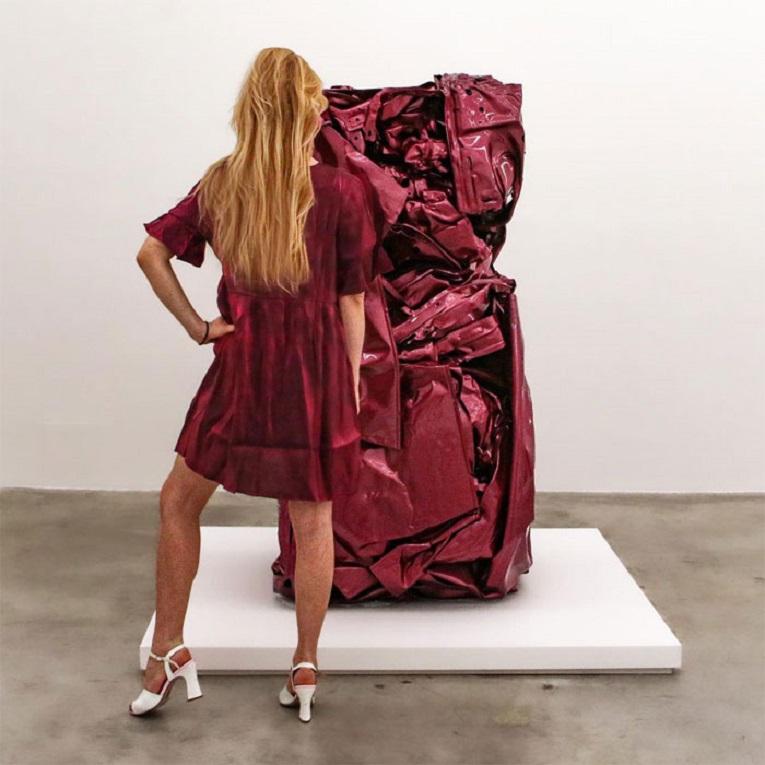 Roupas e pinturas identicas em galerias de arte 21