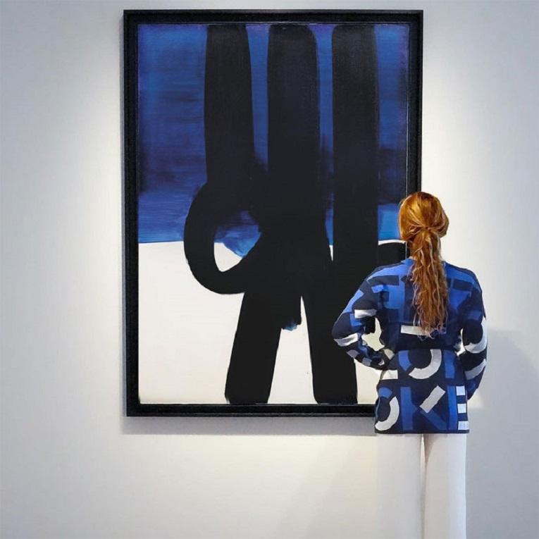 Roupas e pinturas identicas em galerias de arte 23