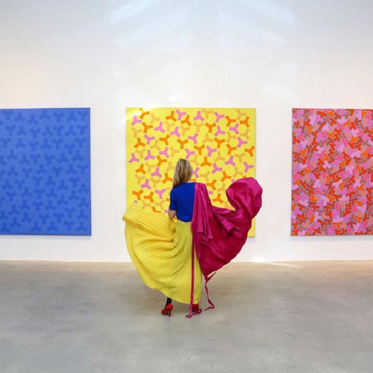Roupas e pinturas identicas em galerias de arte 24