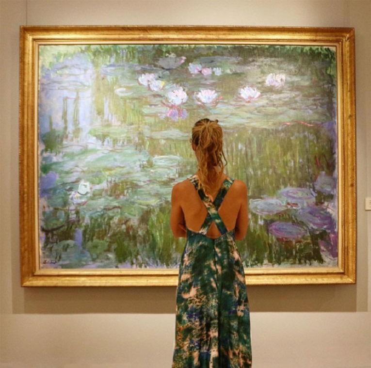 Roupas e pinturas identicas em galerias de arte 27