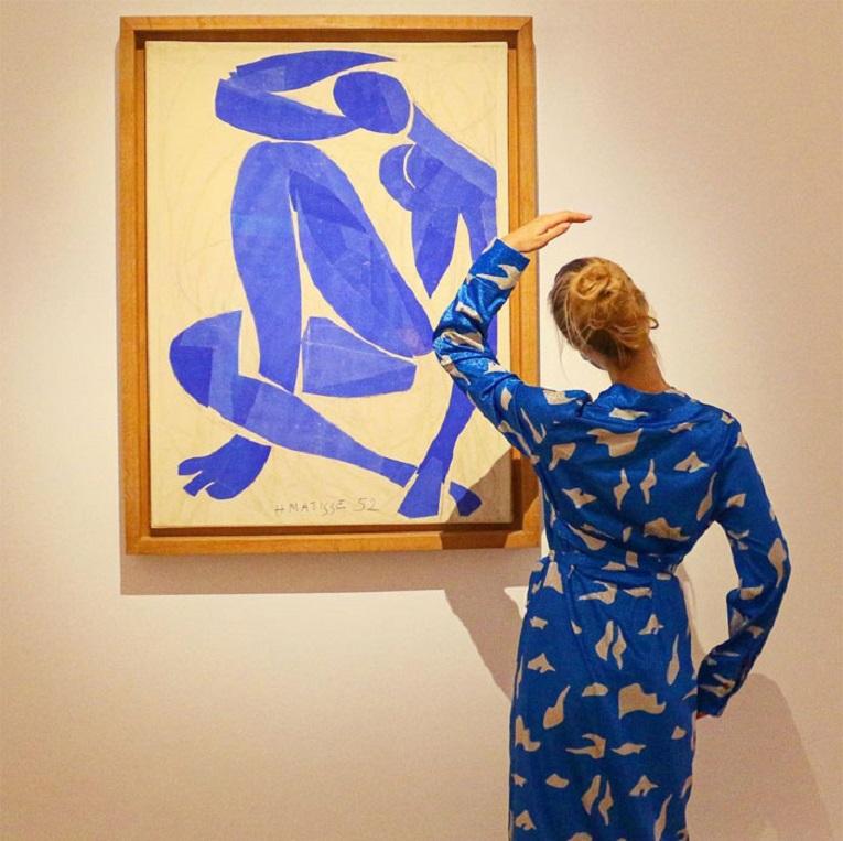 Roupas e pinturas identicas em galerias de arte 28