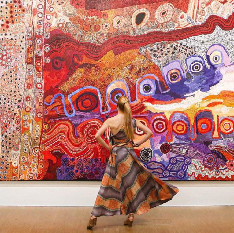 Roupas e pinturas identicas em galerias de arte 29