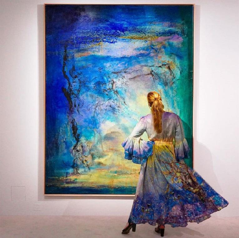 Roupas e pinturas identicas em galerias de arte 3