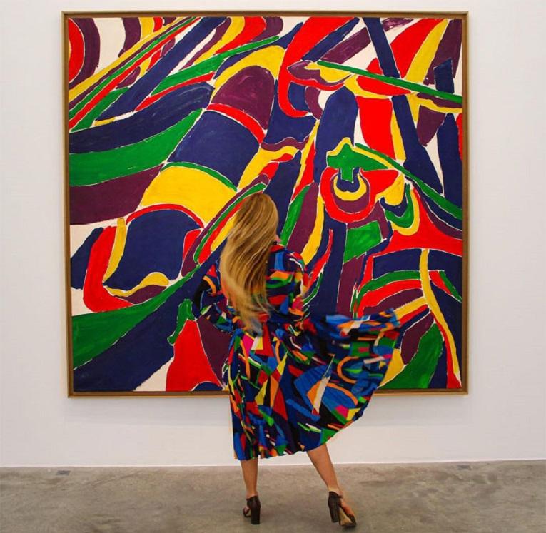 Roupas e pinturas identicas em galerias de arte 4