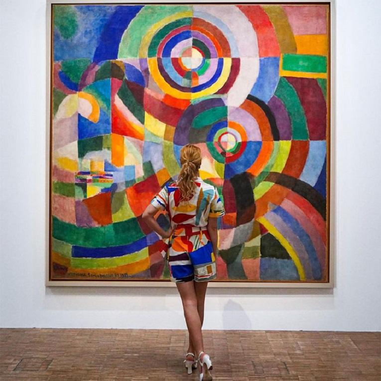Roupas e pinturas identicas em galerias de arte 7