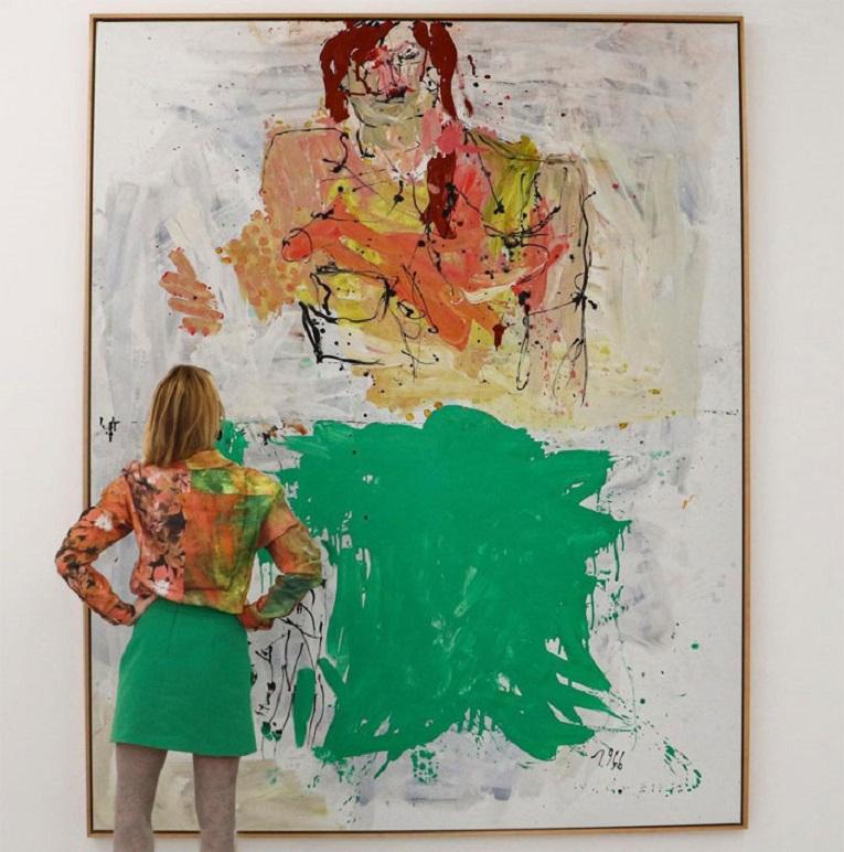Roupas e pinturas identicas em galerias de arte 8